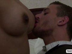 TS Foxxy baise un mâle dans sa chambre