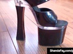 Cougar canadese Shanda Fay Ass scopata mostrando piedi e dita dei piedi!