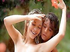 mooie meisjes in de regen