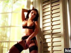 Adriana Chechik en medias se agarra