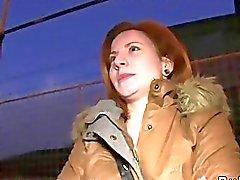 Redhead Czech bang di dell'automobile in pubblico