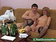 Jongen drinken met zijn moeder