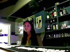 Bargirl hace una mamada públicas