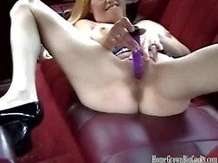 Rubia tetona se masturba y luego chupa una gran polla