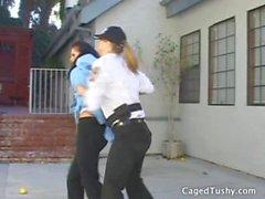 Девочка арестован в целях проституции и доставлен в тюремного заключения быть обысканы