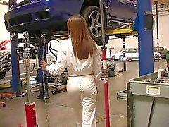 A Candice Redhead lindos chicas pasa a un taller mecánico
