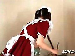 Asiatisches jugendlich Mädchen dabei die Reinigen zeigt Butt & Boys