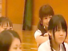 Adolescente asiático em uma camisa branca e calção preto sexy ela fica