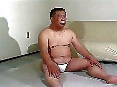 Volwassen Aziatische jongen krijgt spanking