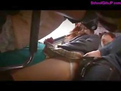 2 Schoolgirls golpeó la en autobús recibiendo su las tetas y el coños frotada chupar pollas