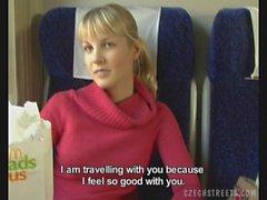 Cazzo su un treno con caldo bionda
