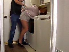 Cleo sorprendido y ducttaped en la lavandería!