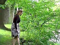 Blonds chauds piss date dans un jardin public