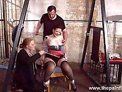 Köle Caroline İskeleler spanking ve bağlı plastik çift hakimiyeti