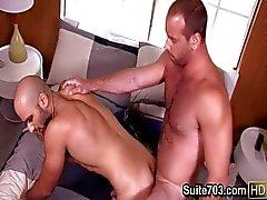 Lusty gays Alex e Girth beijar e transar
