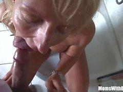 MomsWithBoys Blonde Cougar rasatura nell'acquazzone soffia il cazzo
