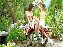 Brutale dubbele dildo en Russische lesbs