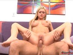 Blonde Hottie Crista Moore monta una gran polla