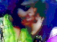 Desi bangladeshilainen Lesbo Lima Akhter ja Kaniz suudella