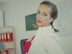 A garota escolar portuguesa Nina Trevino prepara-se para a classe anal