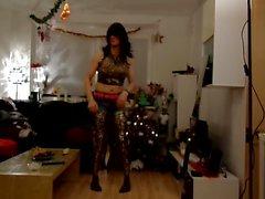 Sandralein33 dans long cheveux noirs et lunettes de soleil danser