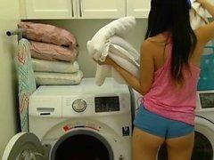 Babe asiatique chaude est baisée sans pitié dans la salle de lavage