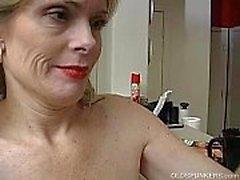 Super sexy senhora mais velha é tão excitada que ela tem que se masturbar