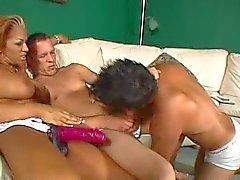 Biseksuele trio en een strapon schroef