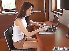 Asian Girl atractiva burlas de su de las bragas