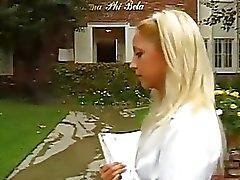 Den snygg att se blond ung tjej borras med hjälp en hård kuk i ansikte