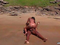 Ficken am Strand mit einem steinharten Schwanz eines schwarzen Kerls
