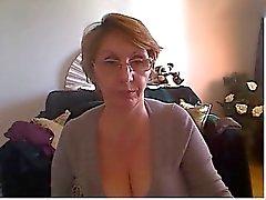 Femme Mature affichant corps gentil et de grandes mésanges