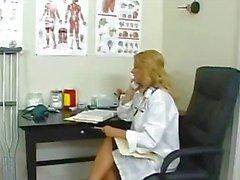 Médico loira peituda em seu escritório