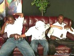 Twinks latin Amerikansk kille blir gruppknullas från hängda svarta män