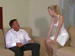 Mooie jonge blonde valt voor haar BF 's vader