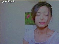 Aziatische film met naakte jonge sterren maken uit en gezicht zitten