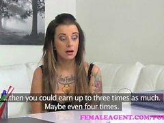 FemaleAgent. Tattooed beleza obtém seu primeiro orgasmo lésbica de uma cinta em