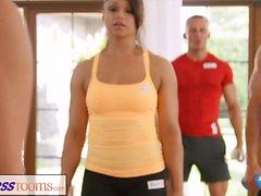 Fitness rum Svettig klyvning i ett rum fullt av yoga babes