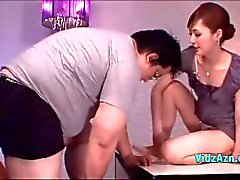 Asian girl recebendo seus mamilos sugados bichano lambido Dando Boquetes Para Guy Fat Na Mesa