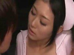 Foxy enfermera es seducido por dos médicos que reciben sus pollas SU