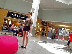 Candid voyeur blond tonåring varma shorts på köpcentret shopping