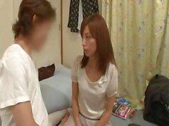 L'infirmière japonaise veut quelque chose de long et épaisses de sa chatte buissonnant