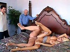 Encantadora mulher loira com incríveis tetas grandes gosta de ação hot cuckold