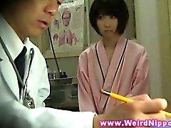 Adulto de nipón visita adolescencia el médico