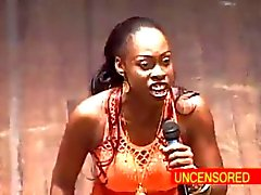 Donna africano Comedian in profondità di gola Un Dildo in