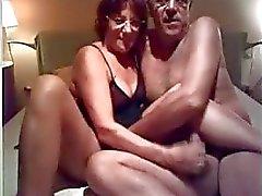 Äldre Amatörpar Få Läskigt in Deras Bedroom_240p