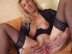 Nasty mogen blondin sprider hennes fitta läppar och stoppar i en dildo