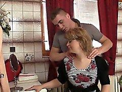 Жене приходит вне он стучит ее горячую маму
