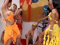 De six ventre de magnifiques Danser Trannies VS au Lucky One Guy !