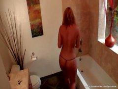 Блондинку зрелая телка получает неприятную в ванной